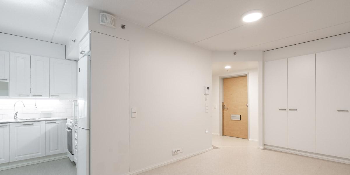 Anttilankadun senioritalon asunto ovelle päin kuvattuna